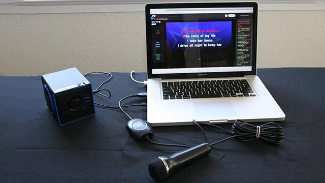 Hát karaoke là sở thích của nhiều người.